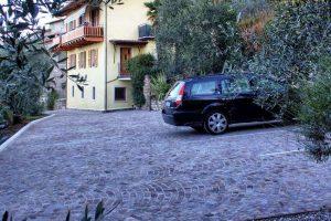 agriturismo-gardasee-uliveta-geschlossener-parkplatz-für-alle-gäste-2